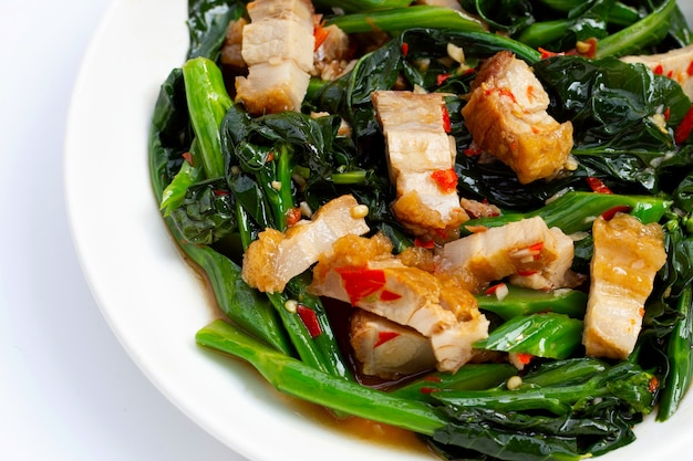 Chou frisé chinois sauté avec poitrine de porc croustillante