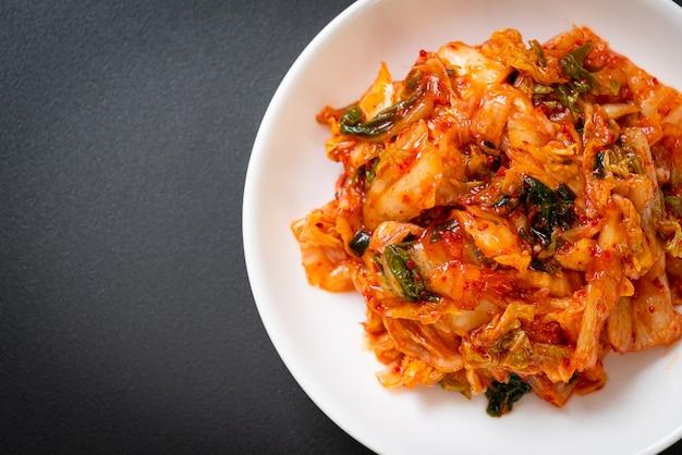 Chou kimchi sur assiette - style de cuisine traditionnelle coréenne