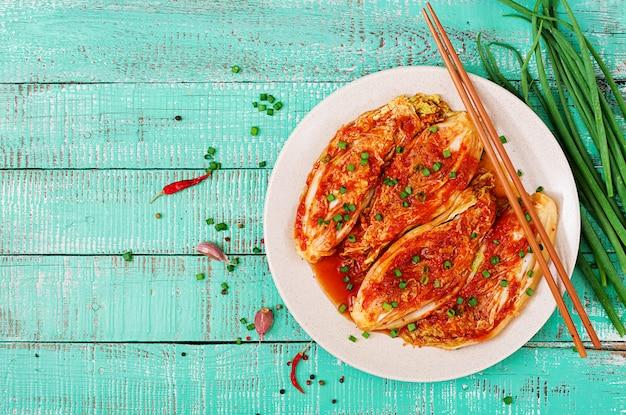 Chou kimchi avec des baguettes