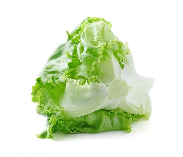 Chou de laitue iceberg isolé sur blanc