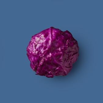 Chou rouge frais cru isolé sur fond bleu, légume. de la série de choux de couleur