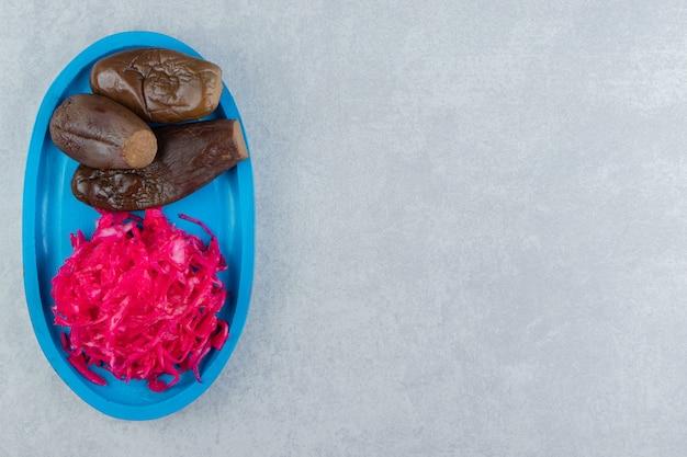 Chou rouge mariné et aubergine sur une plaque en bois