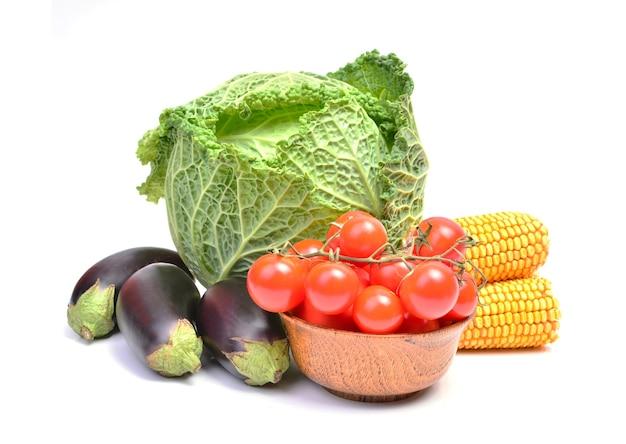 Chou de savoie tomates cerises aubergines et maïs