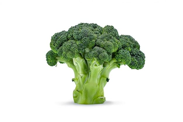 Chou vert brocoli cru isolé