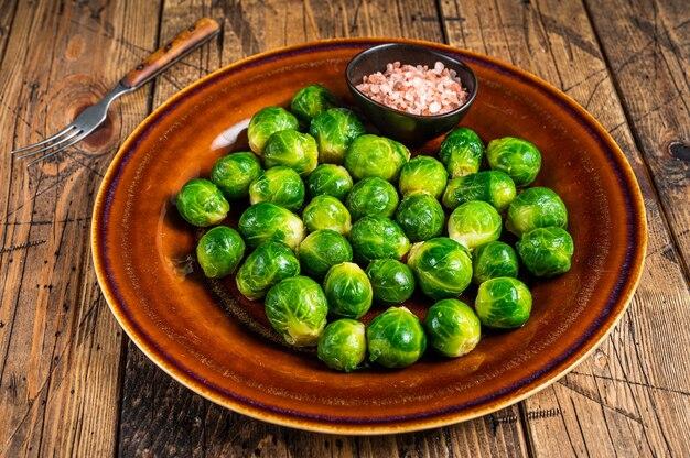 Chou vert de bruxelles cuit dans une assiette rustique avec du sel
