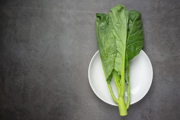 Chou vert frais sur plaque blanche