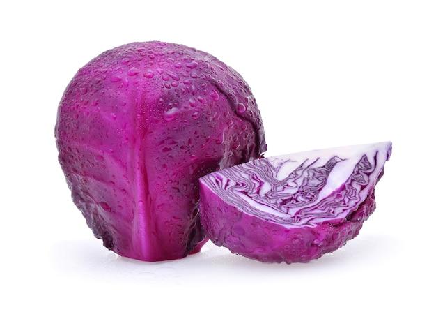 Chou violet avec des gouttes d'eau isolées