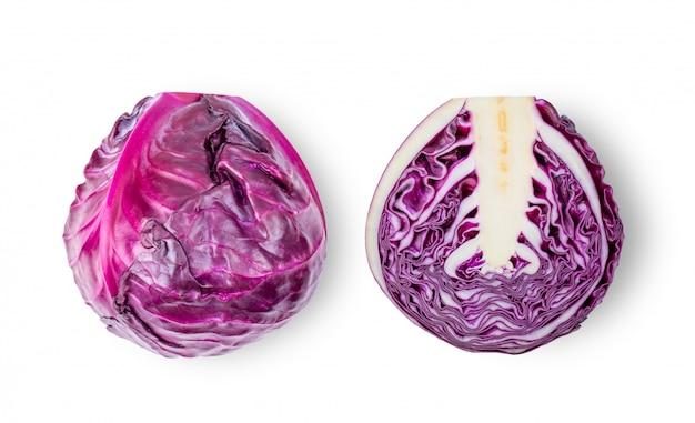 Chou violet isolé sur fond blanc. vue de dessus