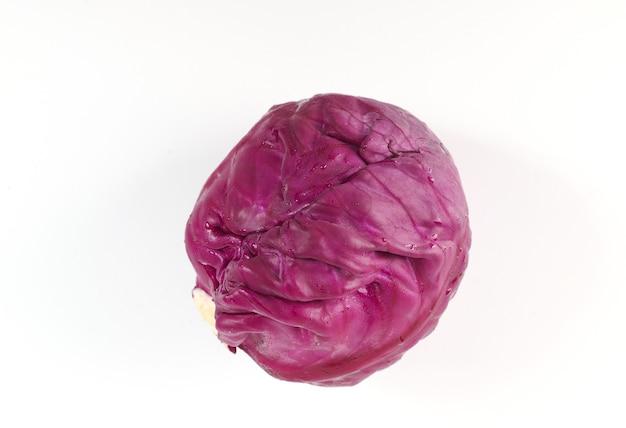 Chou violet isolé sur une surface blanche. chou rouge.
