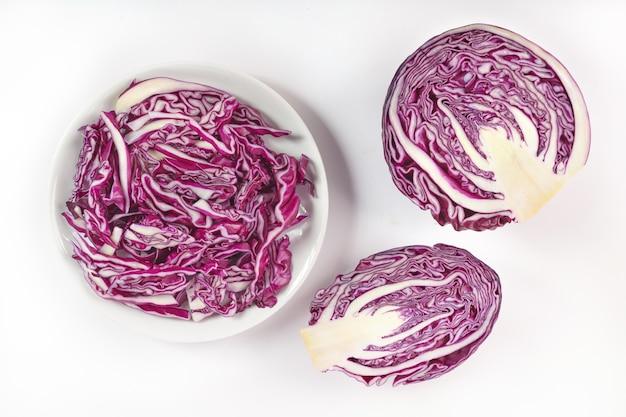 Chou violet isolé sur une surface blanche. tranche de chou rouge isolé sur une surface blanche. gros plan de chou rouge dans un bol.