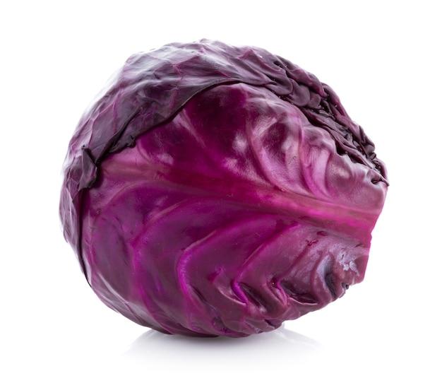 Chou violet isolé sur une surface blanche