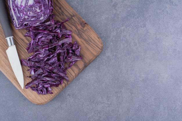 Chou violet isolé sur une surface bleue