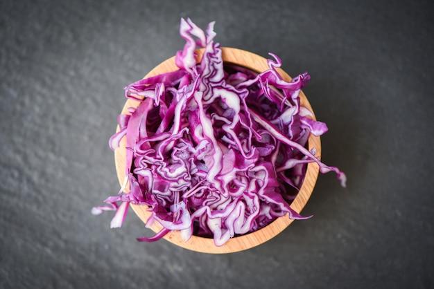 Chou violet / tranche de chou rouge déchiqueté dans un bol en bois