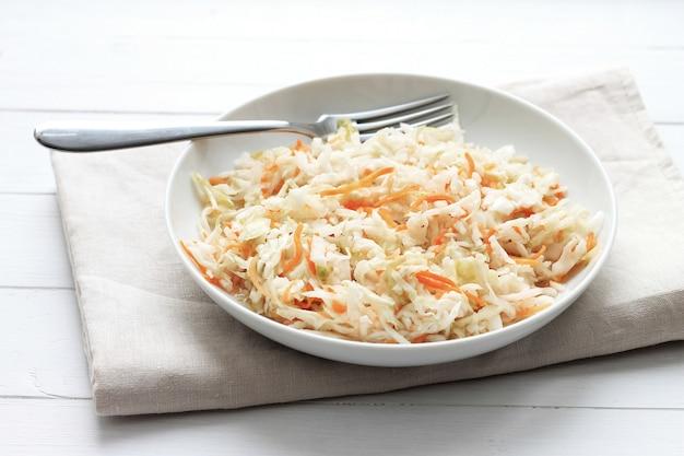 Choucroute au bois rustique blanc. chou apéritif avec carotte en assiette.