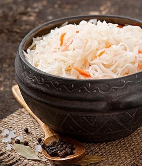 Choucroute aux carottes dans un bol en bois
