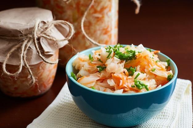Choucroute aux carottes dans un grand bol bleu. fermentation de légumes.
