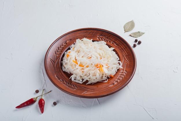 Choucroute aux ingrédients sur un tableau blanc