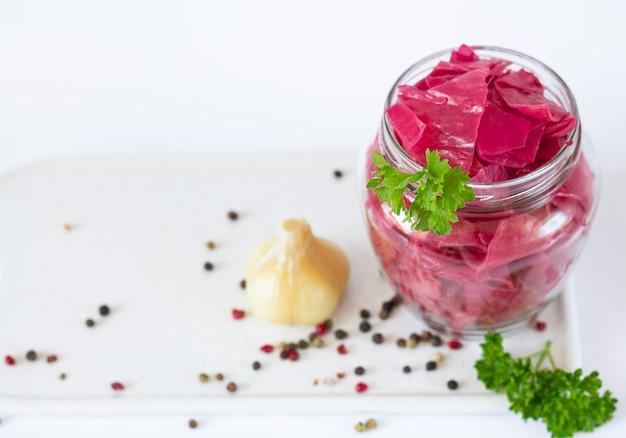 Choucroute de chou fermenté en bonne santé avec betteraves et herbes dans une vue de dessus de bocal en verre