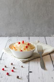 La choucroute est du chou fermenté avec des canneberges processus de fermentation comprenant des vitamines c et du calcium