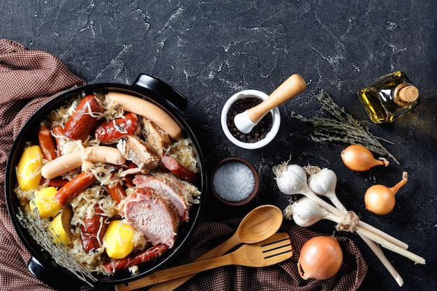 Choucroute garnie plat de cuisine française traditionnelle de chou sauer avec bacon fumé, longe de porc