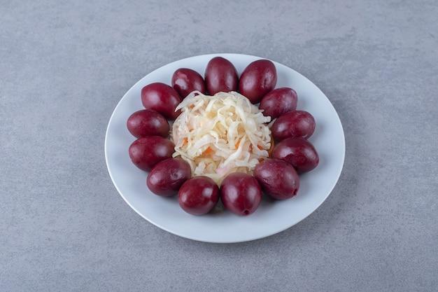 Choucroute marinée et prune sur plaque