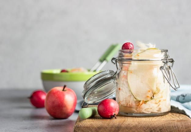 Choucroute à la pomme en pot de verre. chou fermenté. probiotiques