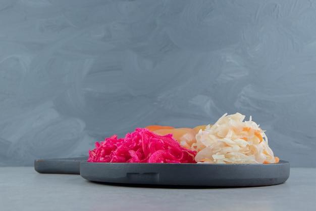 Choucroute Et Tomates Marinées Sur Tableau Noir. Photo gratuit