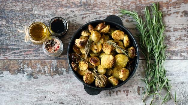 Choux de bruxelles au four au romarin dans une poêle. nourriture vega. nourriture saine.