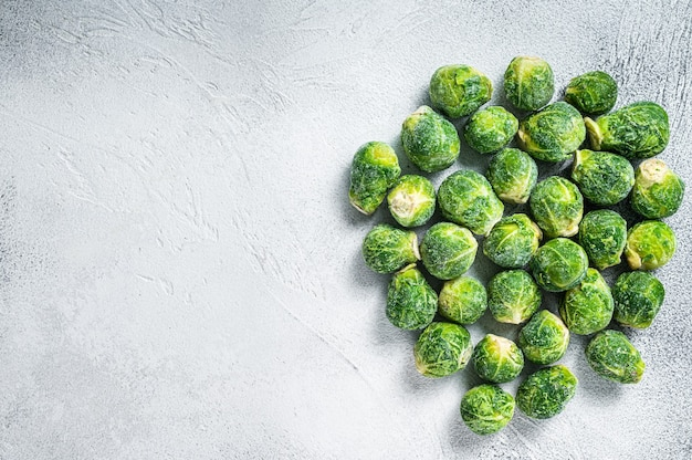 Choux de bruxelles congelés chou vert sur table de cuisine