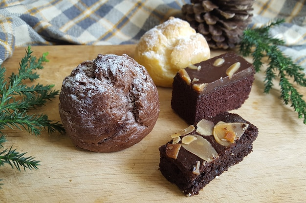 Choux choux à la crème et gâteaux brownie