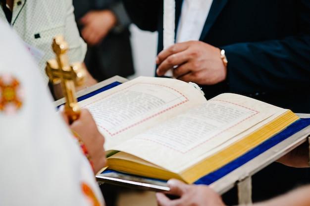 Les chrétiens et les prêtres sont des fidèles qui se donnent la main pour prier et rechercher les bénédictions de dieu, la sainte bible. partager l'évangile avec copie espace. lectures du dimanche, bible.