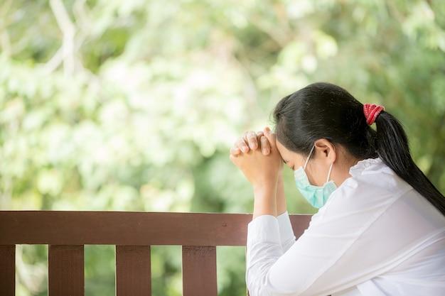 Les chrétiens prient pour encourager et soutenir ensemble à la maison.