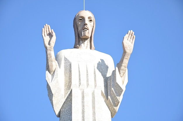 Christ of the knoll, également appelé monument au sacré-cœur de jésus, est une grande statue et symbole de la ville de palencia en espagne