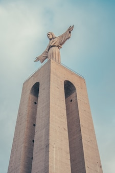 Christ rédempteur de lisbonne avec des nuages