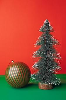 Christams d'époque décorer une décoration d'ornement de boule et arbre de noël sur une table verte avec un rouge vif
