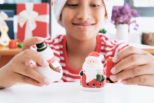 Christmas little boy avec des ornements décoratifs et des cadeaux de noël