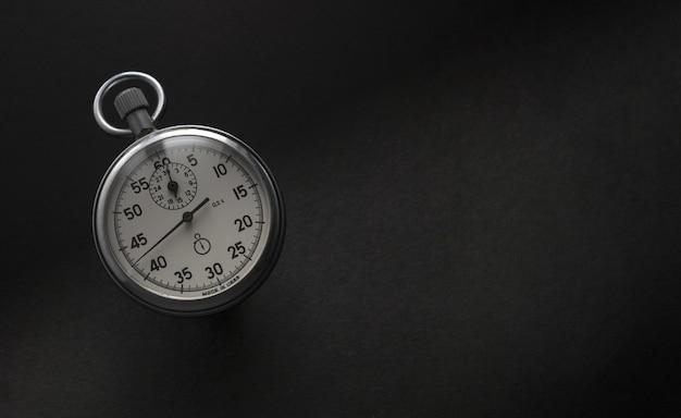 Chronomètre vintage comptant le temps qui passe avec du noir