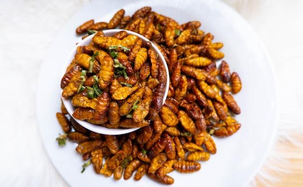 Chrysalis fried est un aliment riche en protéines gros plan goût huileux et vers à soie salés