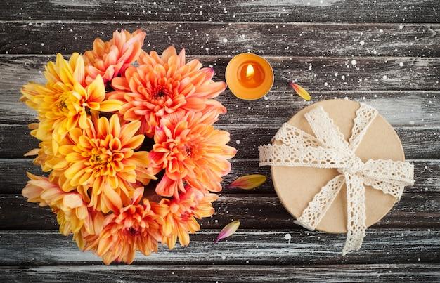 Chrysanthème orange et bougie allumée