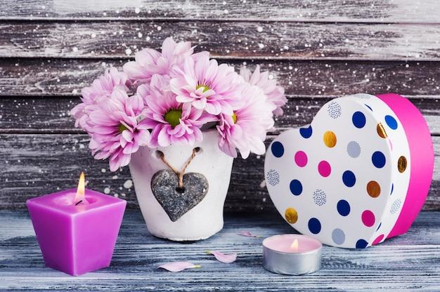 Chrysanthème rose en pot de béton