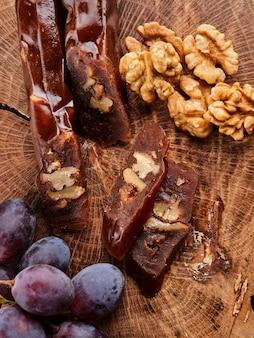 Churchkhela, dessert géorgien national à base de jus de raisin et de noix, composition sur une table en bois