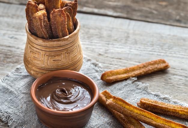 Churros - célèbre dessert espagnol avec sauce au chocolat