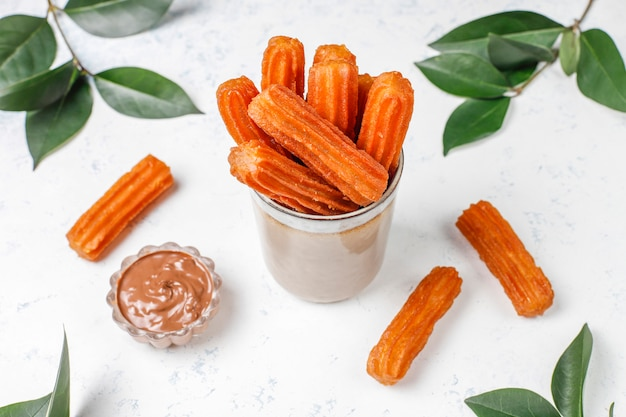 Churros dessert mexicain traditionnel au chocolat