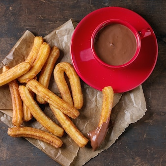 Churros espagnols traditionnels au chocolat