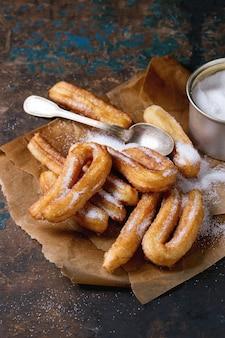 Churros espagnols traditionnels avec du sucre