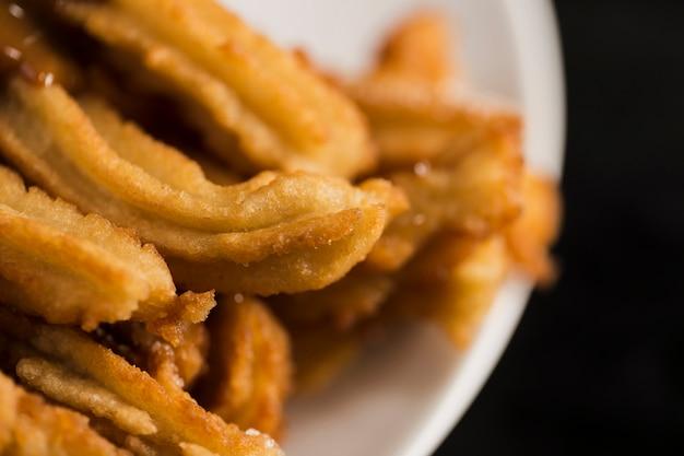 Churros frits haute vue sur une assiette