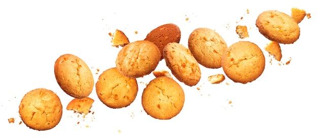 Chute de biscuits aux brisures isolés sur blanc avec un tracé de détourage