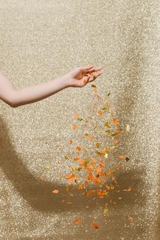 Chute de confettis sur fond d'étincelles