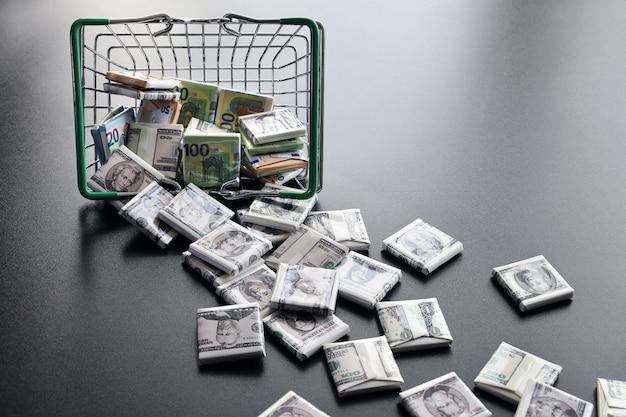Chute de dollars en image de bonbons tombés du panier sur le côté
