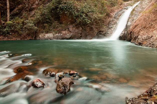 Chute d'eau au parc de la nation chae son, lampang, thaïlande